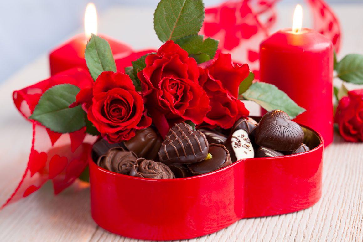 cokolada u pakovanju sa crvenim ruzama