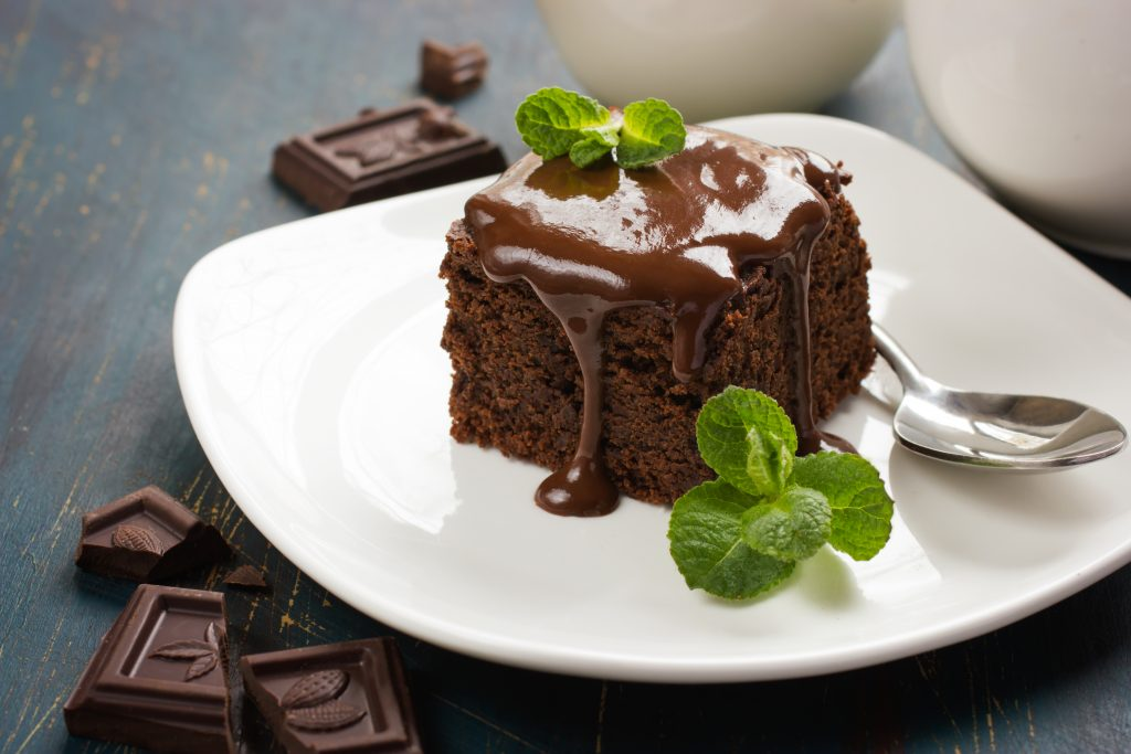 Čokoladni posni kolač serviran na tanjiru