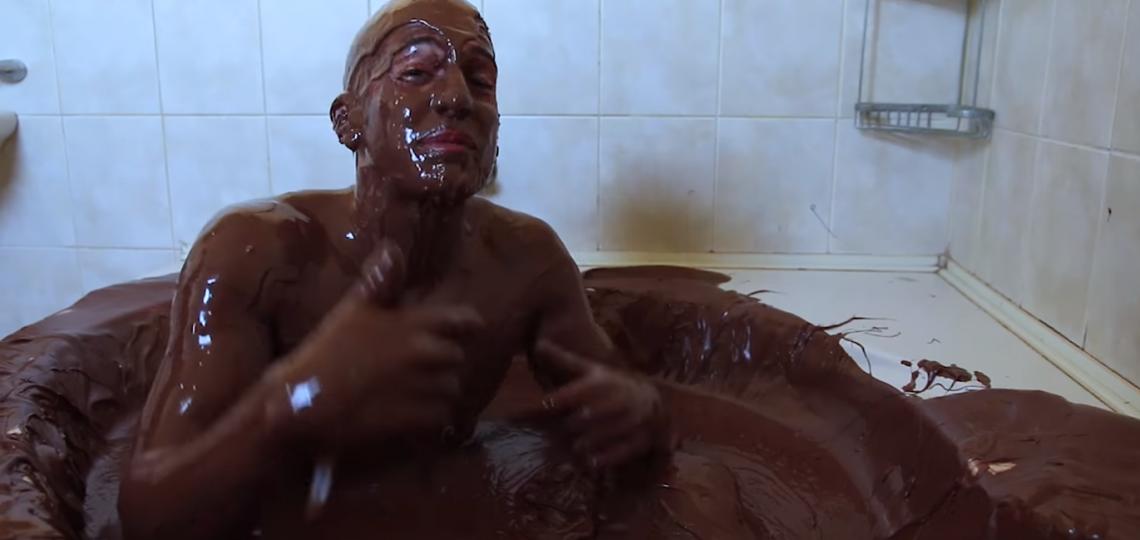 Kupanje u kadi punoj nutele