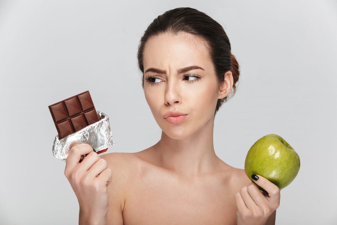 Devojka sa čokoladom i jabukom