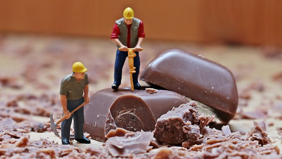 Kockice čokolade sa minijaturnim radnicima