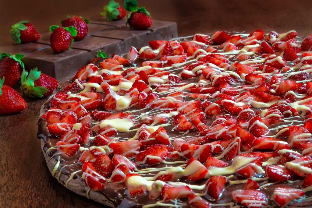 Čokoladna pizza sa jagodama i belom čokoladom