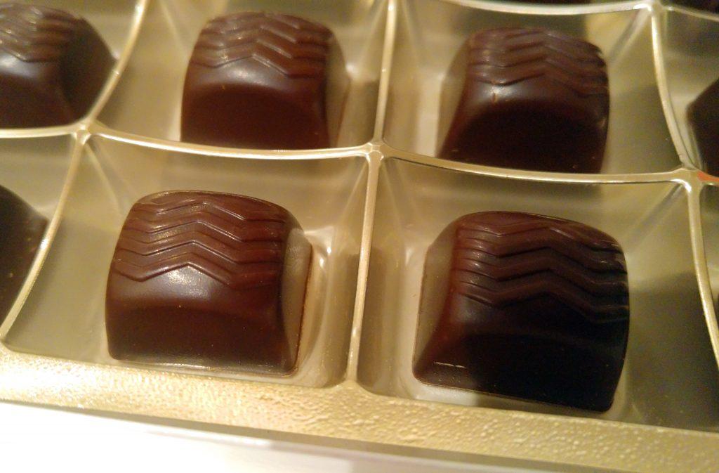 Le-Palaise-cokoladne-praline-sa-konjakom-otvorene-detalj-krupni-plan