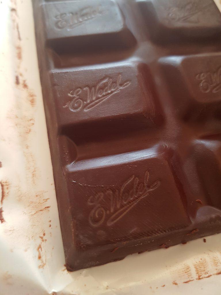 Kockice crne punjene čokolade sa višnjama